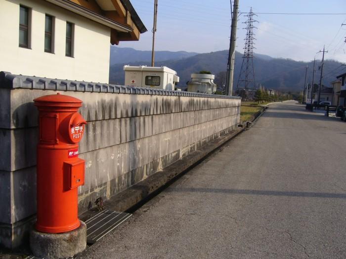 ポスト写真 :  : 観音の里 歴史民俗資料館前 : 滋賀県長浜市高月町渡岸寺11