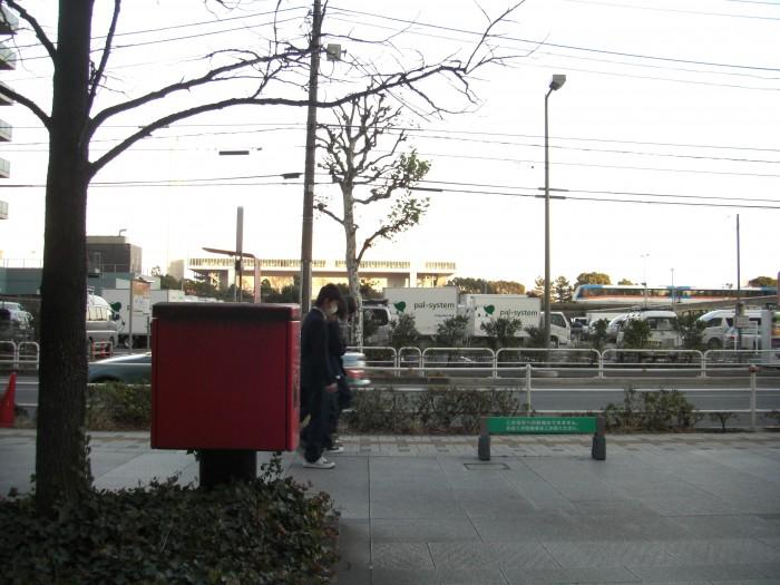 ポスト写真 : ポストとモノレール : 品川シーサイド駅ロータリー : 東京都品川区東品川四丁目13-19