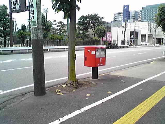 ポスト写真 : ポスト周辺。ポストが向いている方にはガソリンスタンドがあります。 : 富山市牛島新町 : 富山県富山市牛島新町