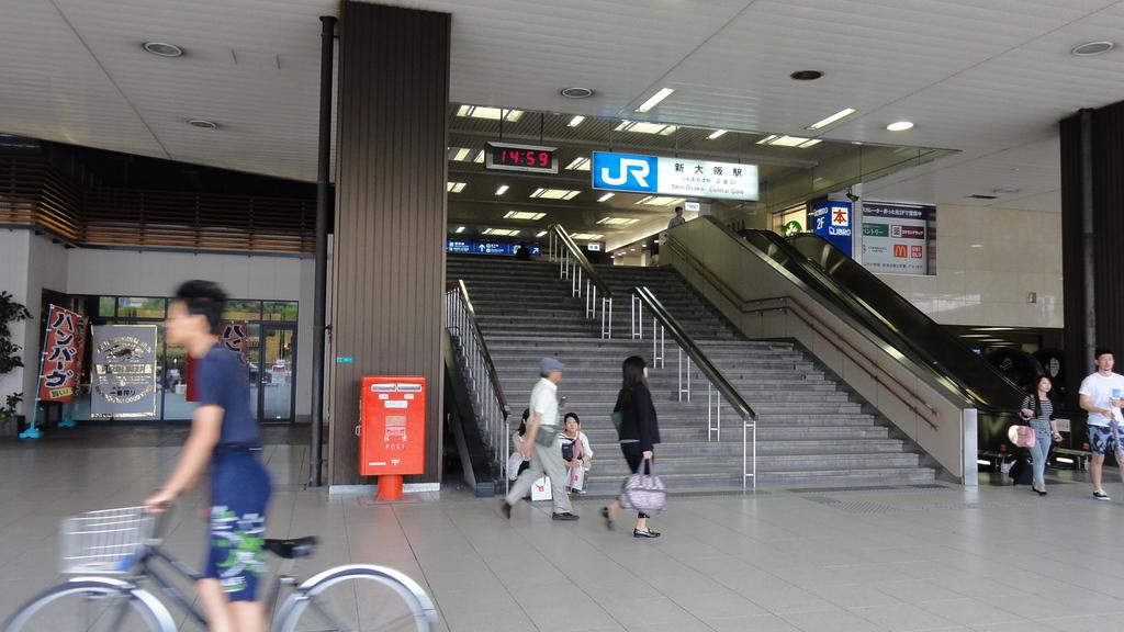 ポスト写真 : JR新大阪駅1階正面口階段(左側)・ポスト全景2 : JR新大阪駅1階正面口階段(左側) : 大阪府大阪市淀川区西中島五丁目16-1