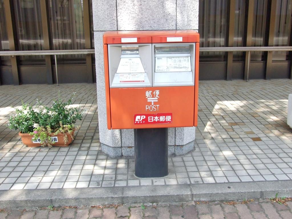 ポスト写真 : ポストの全景(2017年8月) : 青森銀行本店前 : 青森県青森市橋本一丁目9-30